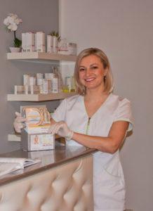 Natalie Eizen an der Theke vom Kosmetikstudio in Bad Abbach